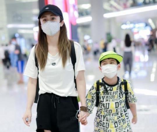 """37岁刘芸真会""""装嫩"""",穿白色T恤配破洞牛仔裤,说20岁都信"""