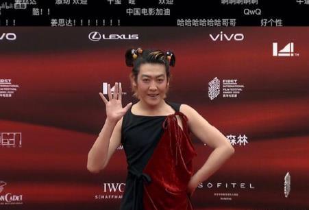 姜思达长裙素颜亮相红毯,COS哪吒太辣眼睛,大胆造型不输陈志朋