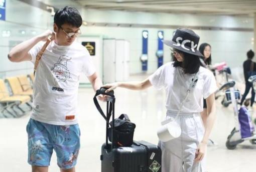 雷佳音老婆翟煦飞穿白色T恤配半身裙,素颜气质更出众