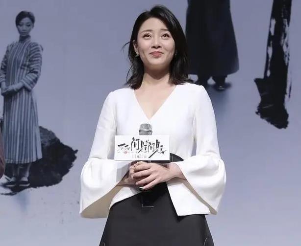殷桃穿白色上衣配黑色半身裙,经典简约才是真高级