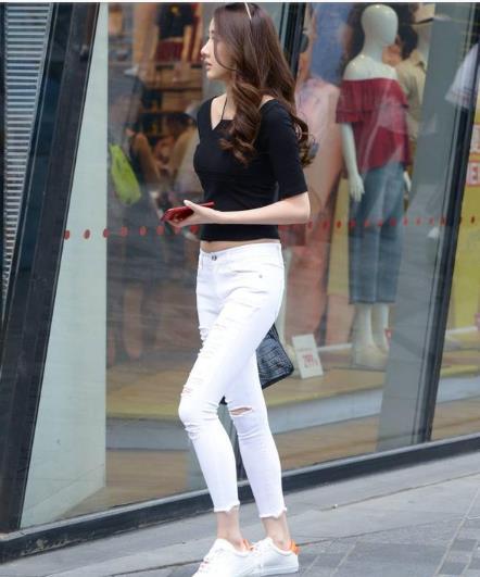 白色紧身牛仔裤,搭配白色板鞋,显年轻又休闲的穿搭