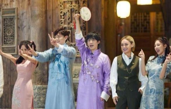 杨幂张雨绮2女星同框,都以双马尾旗袍造型出镜,谁更胜一筹?