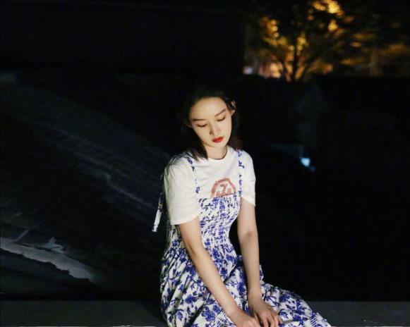 """李沁穿白色T恤偏题""""青花瓷""""吊带裙,清纯如18岁"""