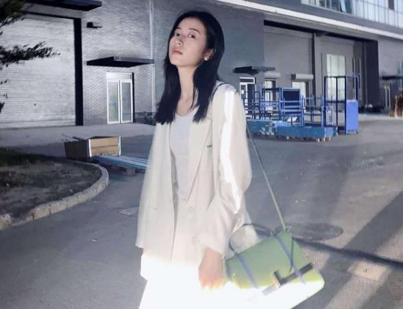 周雨彤身材好就是任性!简单黑白配穿出高级感!时尚界的翘楚!